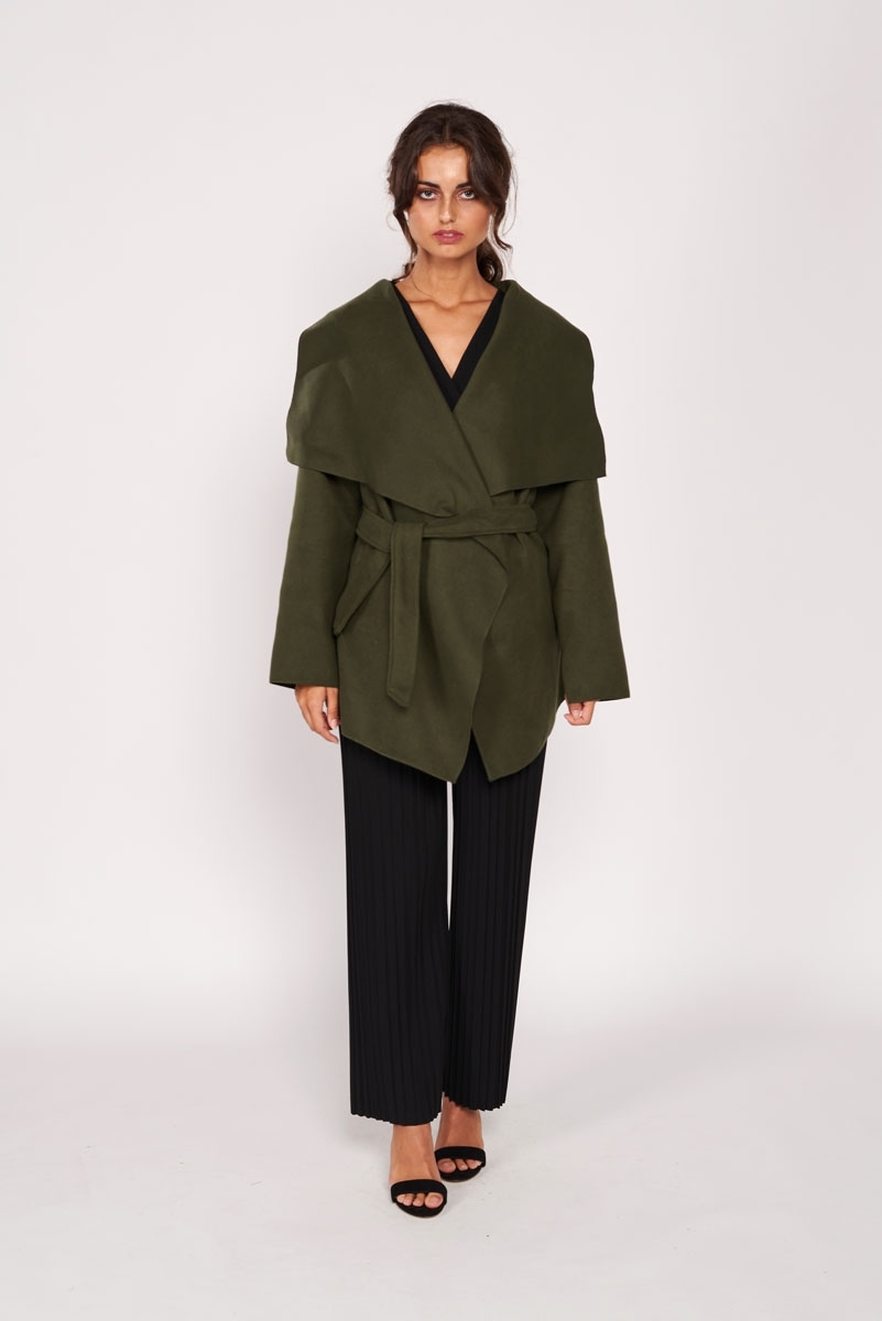 Abrigo corto con solapas
