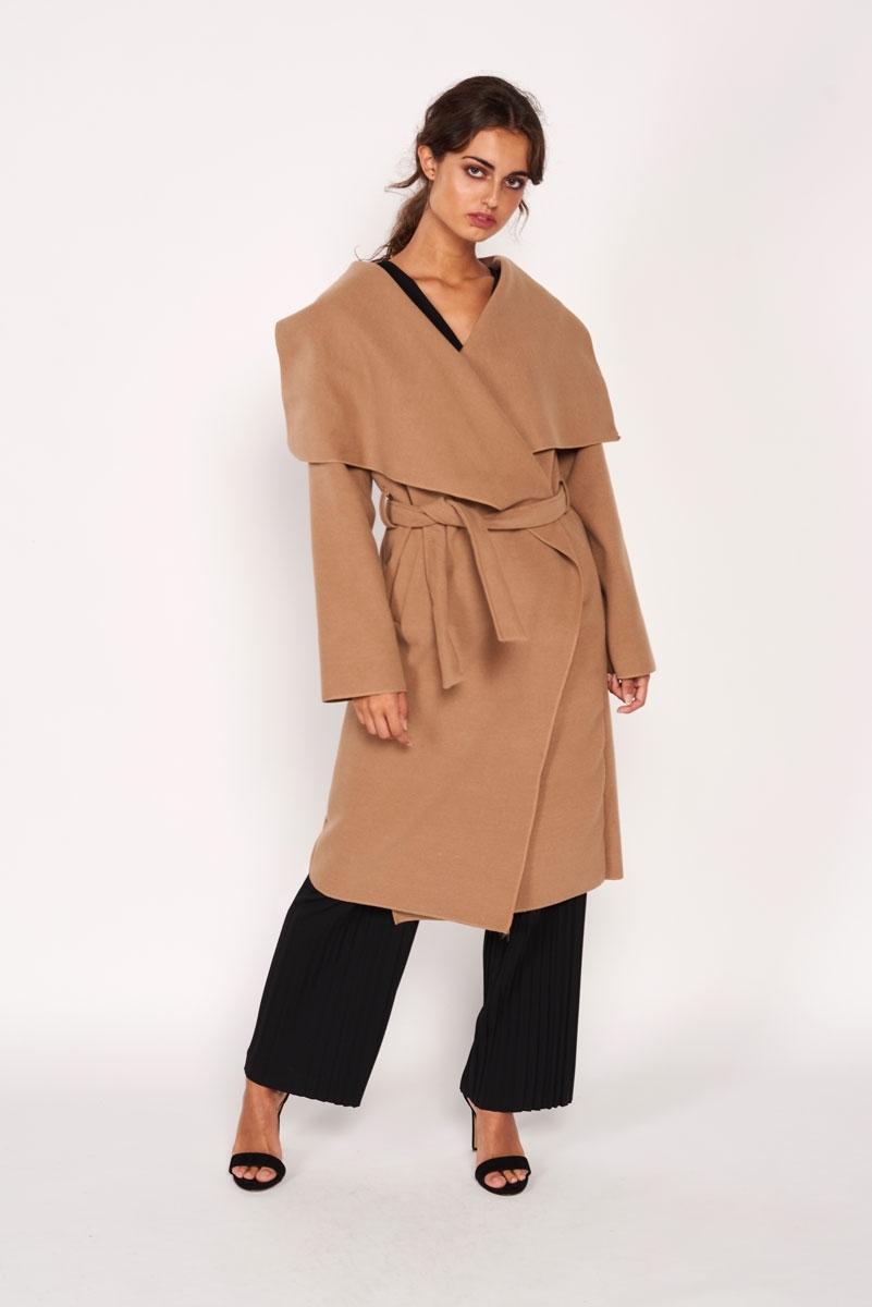 Abrigo largo con solapas