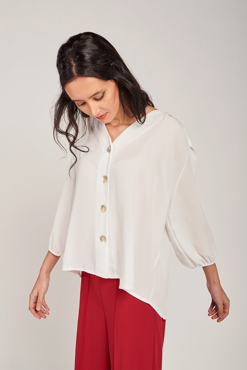 Blouse with nacar buttons