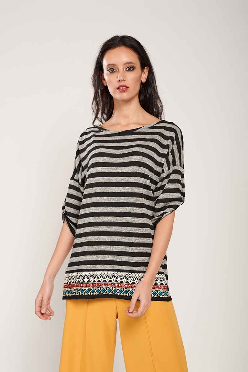 Striped t-shirt with trinket