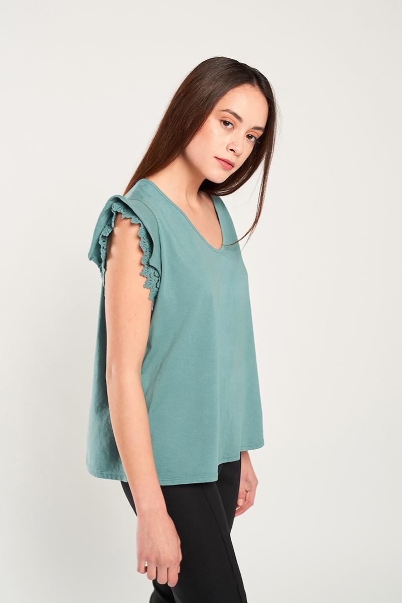 Camiseta aplique bordado hombro